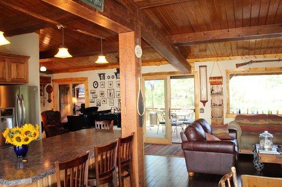 Mountain River Inn Bed & Breakfast: Great Room