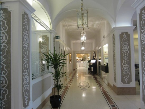 Hotel Meranerhof: Hallway Near the Reception Looking to the Dining Room