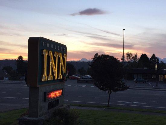 Poulsbo Inn: Mountain view at dusk...