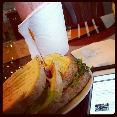 Italian sandwich, strawberry smoothie & surfing the web @ Flood City Cafe