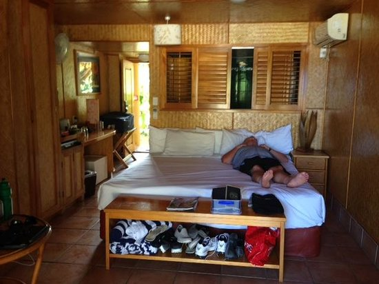 Sanctuary Rarotonga-on the beach: Very small studio.Looks bigger in pic.