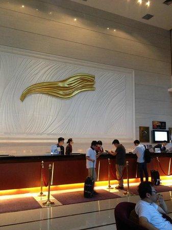 Grand Mercure Shenzhen Oriental Ginza : The reception desk