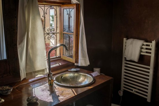 Riad Laaroussa Hotel and Spa : Brown room bathroom