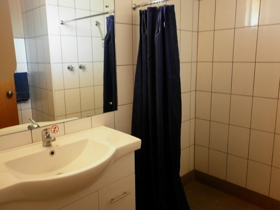Marla Travellers Rest : clean bathroom with separate toilet room