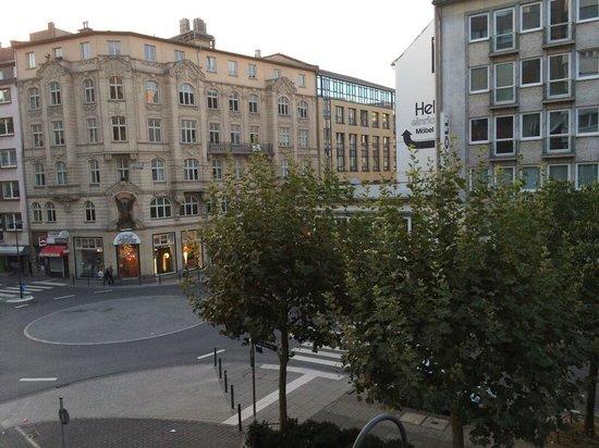 Favored Hotel Scala: 表通りの朝の風景