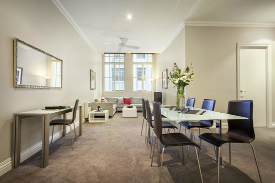 Flinders Landing Apartments: Light filled dining room