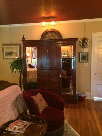 Juniper Hill Bed & Breakfast: Mary Cassatt Room