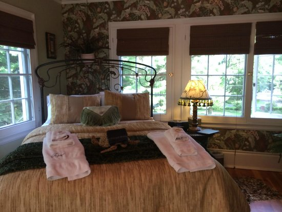 Juniper Hill Bed & Breakfast: Sleeping Porch Room