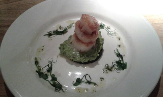 The Red Lion: Scallops with black pudding and pea puree
