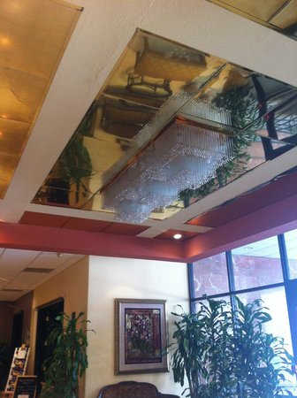 Ramada Los Angeles/Wilshire Center: Nice chandelier entrance in the lobby