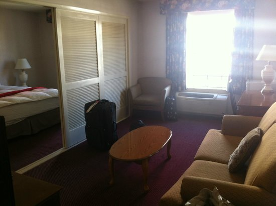 Ramada Los Angeles/Wilshire Center: Sitting room and dividers