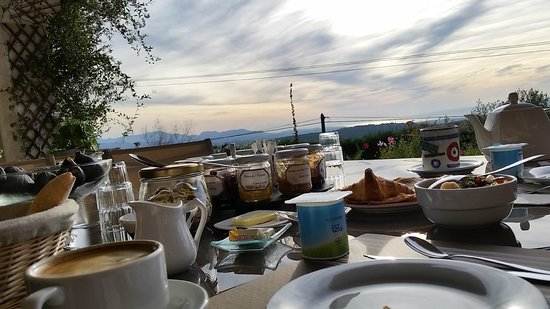 Maison d'Hôtes Bleu Azur : Breakfast time.....