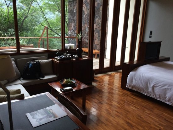 Brilliant Resort and Spa Chongqing : Double room with spa.  Sitting area