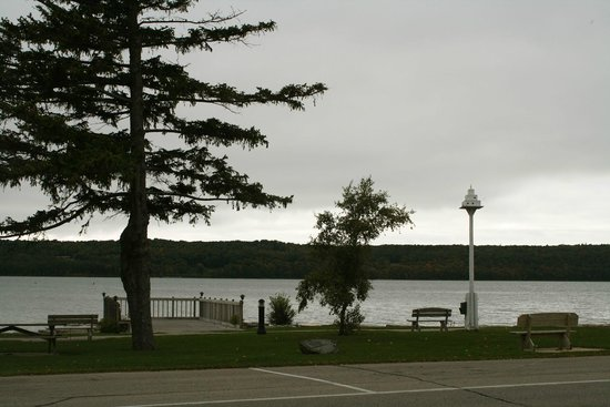 Lodgings at Pioneer Lane : View of the lake from across the street