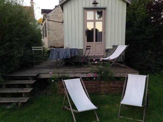 Ver-sur-Mer, Frankrike: Cote Boheme showing the deck and lawn chairs in the garden!