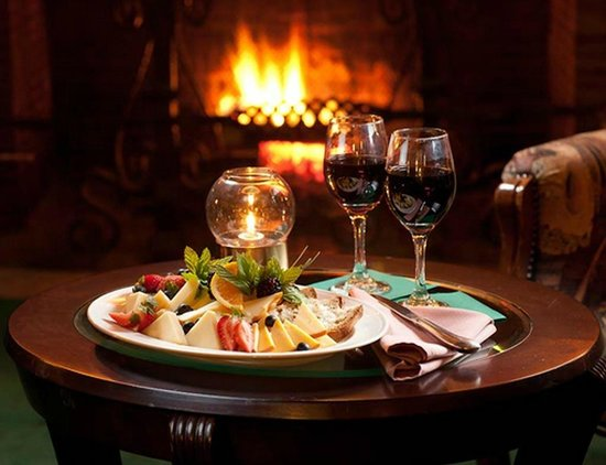 Stonehurst Manor: Fireside wine and cheese in the Library Lounge