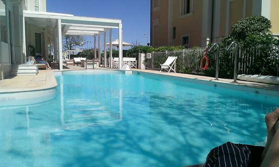 Le Rose Suite Hotel: Swimming Pool