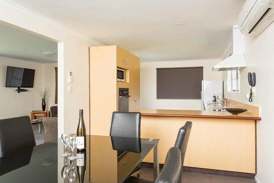 Equestrian Lodge Motel: 3 bedroom - dining/kitchen