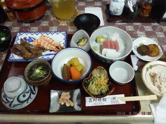 Youth Hostel Takana Ryokan: 豪華なお食事(他にアーサー汁も付きました)