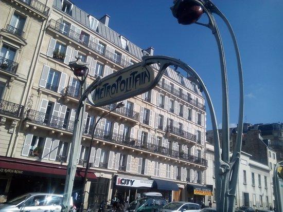 Hotel du Theatre: la metro vicina all'albergo