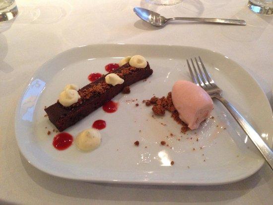 Grilleriet Kobenhavn: dessert, chokoladekage med rababer og hindbær is