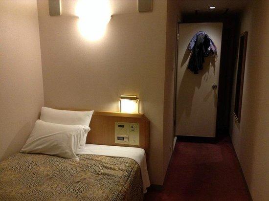 Hearton Hotel Shinsaibashi : ดูชัดๆ บนหัวเตียงคือห้องน้ำ