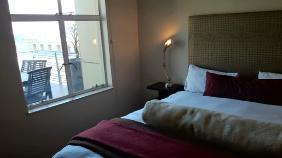 Faircity Mapungubwe Hotel Apartments: Bedroom looking onto private balcony