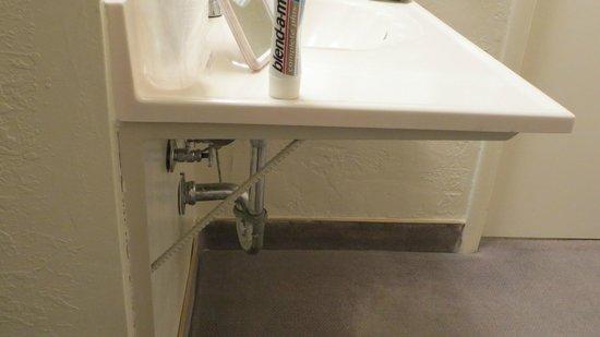 Color Country Motel: Primitiv befestigtes Waschbecken ohne Verkleidung im Zimmer