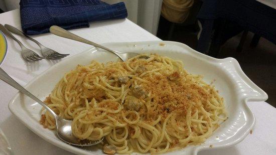 Il Sakalleo : Pasta aglio, olio e peperoncino con bottarga vongole e pangrattato! Una meraviglia!! Da provare