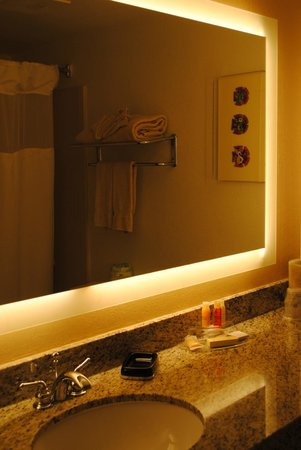 Best Western Plus Gateway Hotel Santa Monica: Grande salle de bain