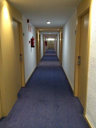 Cala Font Hotel: Коридор
