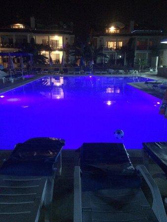 Kaan Hotel: Pool by night