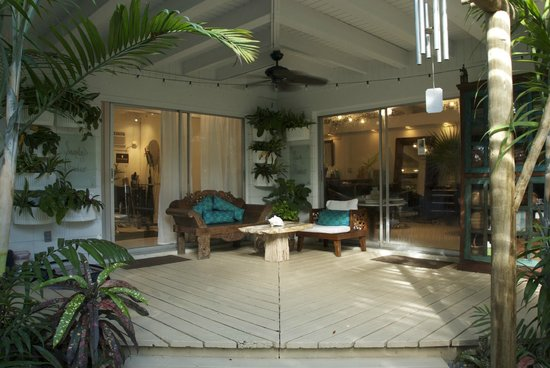 Isle Style Salon, Spa & Boutique: Rest on the covered porch
