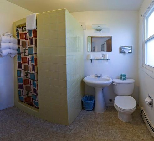 Sunset Lodge Escanaba : Three Double Bed Bathroom