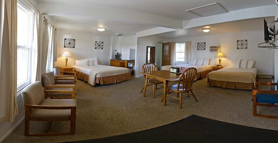 Sunset Lodge Escanaba : Three Double Bed Room