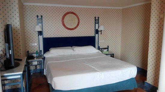 Melia Tamarindos: Bett im Zimmer