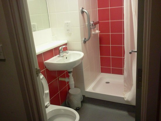 Travelodge Macclesfield Central: Bathroom