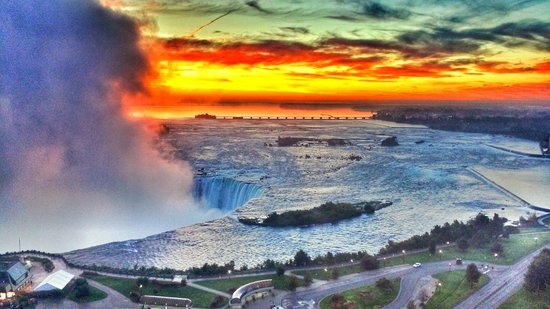 Niagara Falls Marriott Fallsview Hotel & Spa: I took this pic Sunday 9/28/2014 on my cell phone from Rm 2021