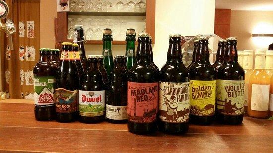 Le bottiglie di birra da diversi paesi a scelta