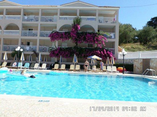 Planos Apart Hotel: Pool area