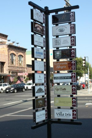 Napa Walking Tour : Direction Signs