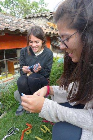 Hostal Refugio Terra Esperanza: Trabajando el cuero