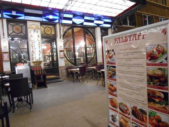 Le Falstaff: お店の前に写真と値段入りの看板
