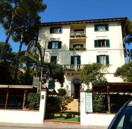the front facade Hotel Leopoldo