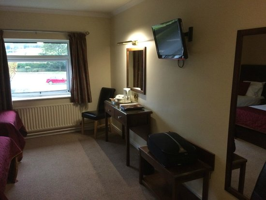 Burrendale Hotel, Country Club & Spa: Work area & TV