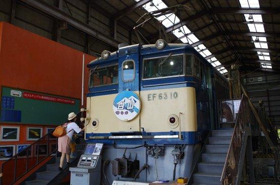 Usui Toge Railroad Cultural Village : 今まさに整備中、といった感じの電気機関車