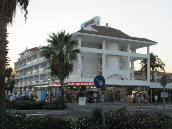 Grupotel Alcudia Suite: Das Hotel von der Straßenseite