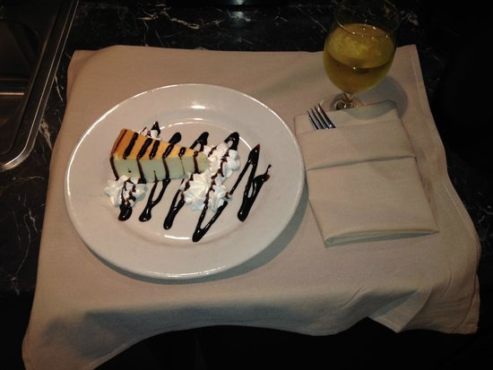 Embassy Suites by Hilton Savannah Airport: Cheese cake and wine sent up by Constance
