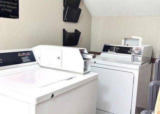 Econo Lodge: Laundry Area