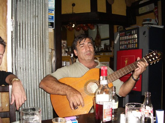 La Tasca de Mi Abuelo : A guest plays the guitar.